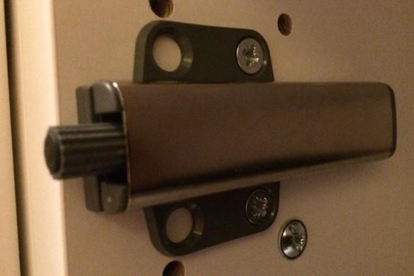 Ikea Dombas Wardrobe Closet ~ och knoppar på luckorna monterades utrusta tryck och öppna beslag