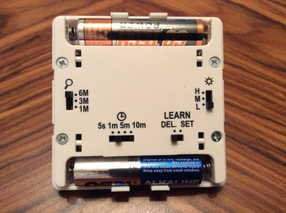 Inställningar för räckvidd, känslighet och hur länge tillslaget vara görs på baksidan av sensorn