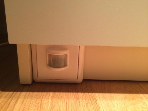 Diskret placering av sensor på hurtsen vid sängen